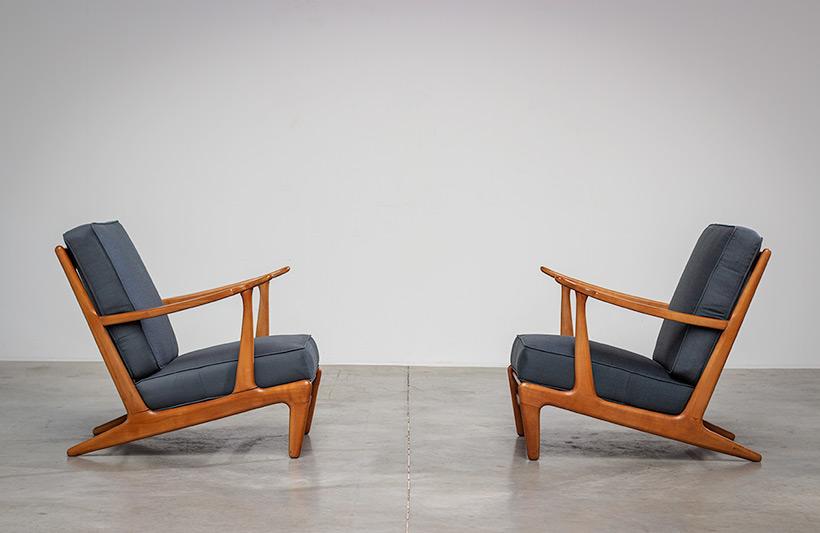 Pair of sculptural Scandinavian Lounge Chairs Mid Modern design 1960s img 3